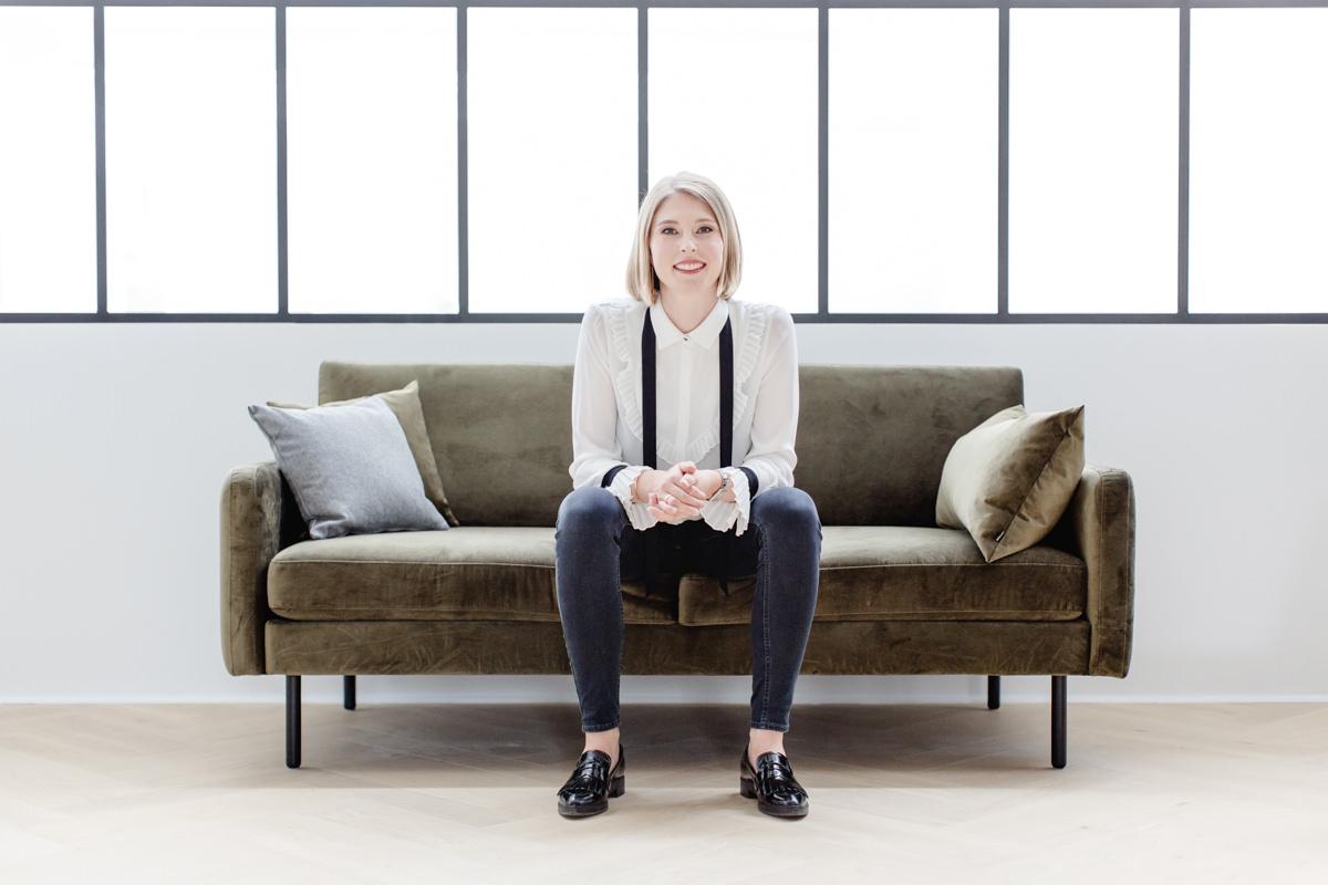 Businessportrait der Geschäftsführerin von The Bloke, die auf einem Sofa sitzt