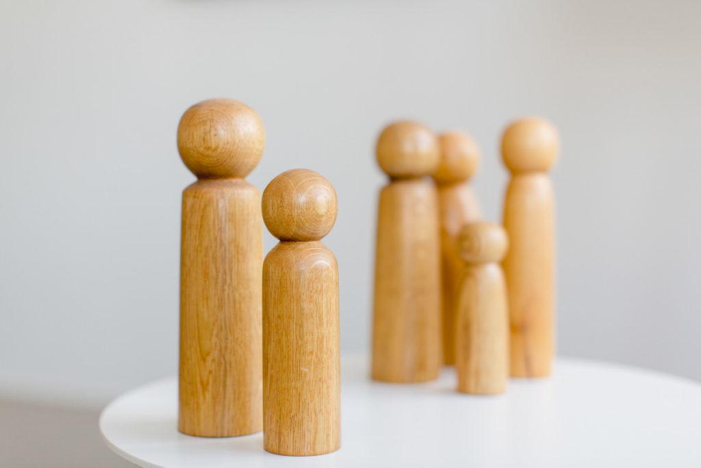Imagefoto von Holzfiguren einer Psychotherapeutin
