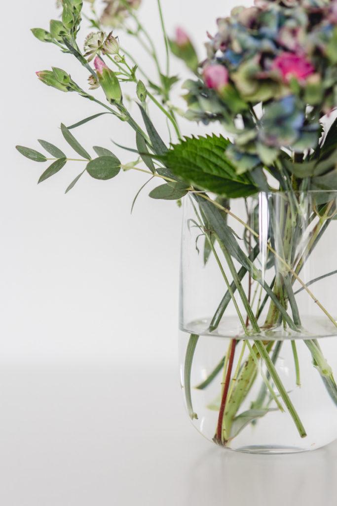 Moodfoto einer Vase mit Blumen