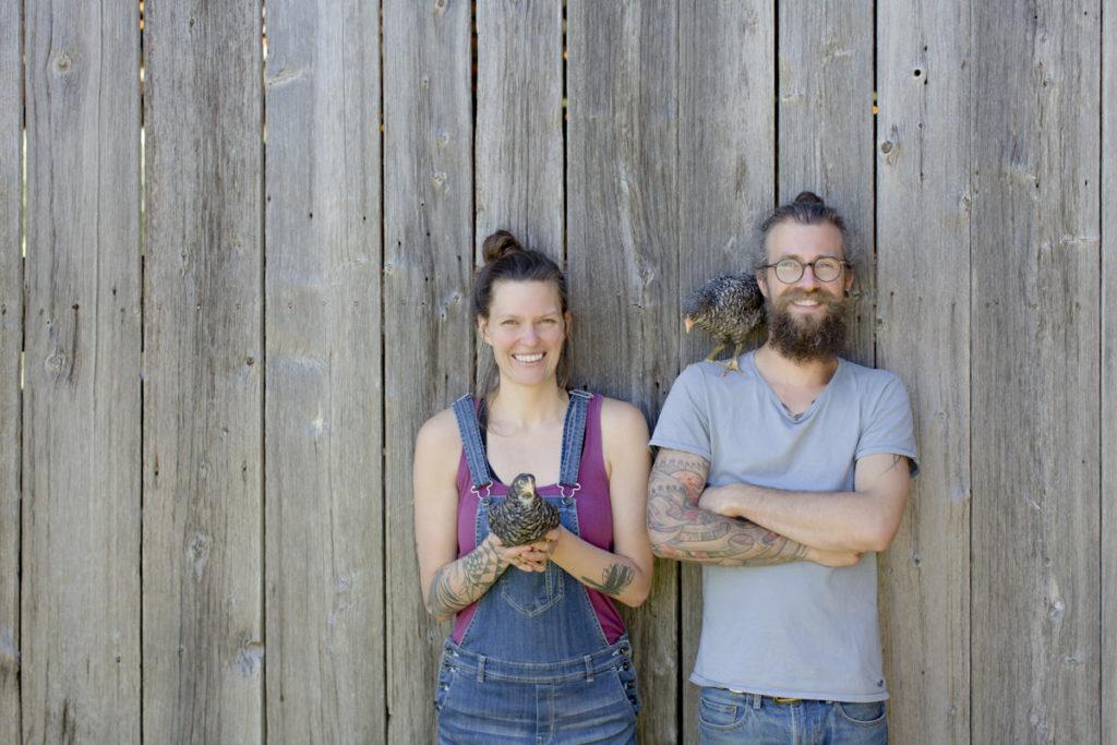 freundliches Portraitfoto von Liz Huntly und Roland Jensch mit Hühnern