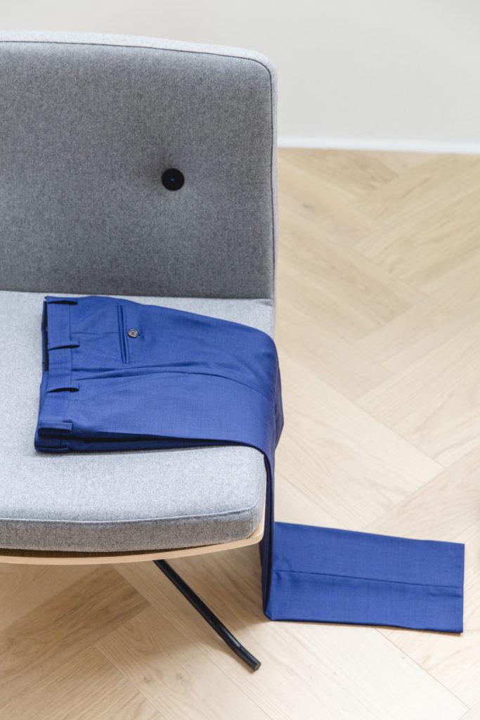 blaune Maßanzugshose auf einem Sessel
