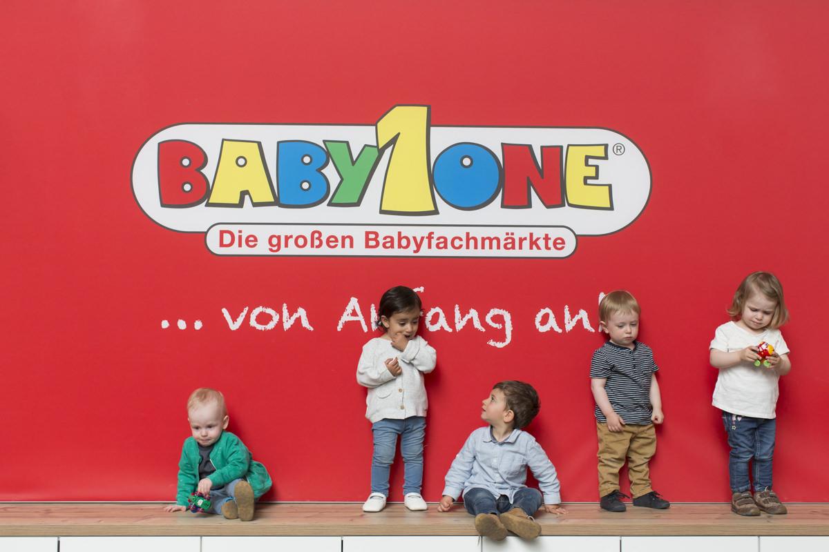 5 Kinder vor dem Babyone Unternehmensschild