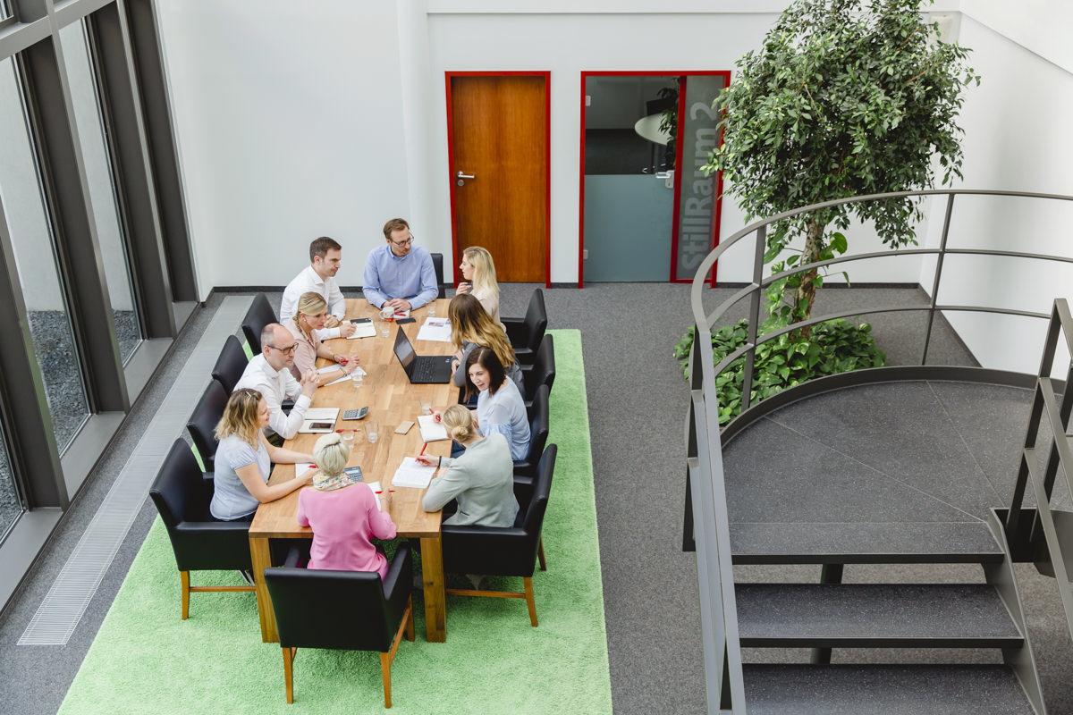 Portraitfoto der Babyone Mitarbeiter bei einem Meeting