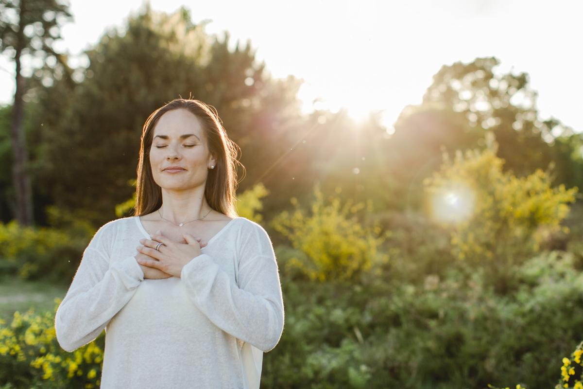 Foto einer Atemtherapeutin bei einer Übung in der Natur