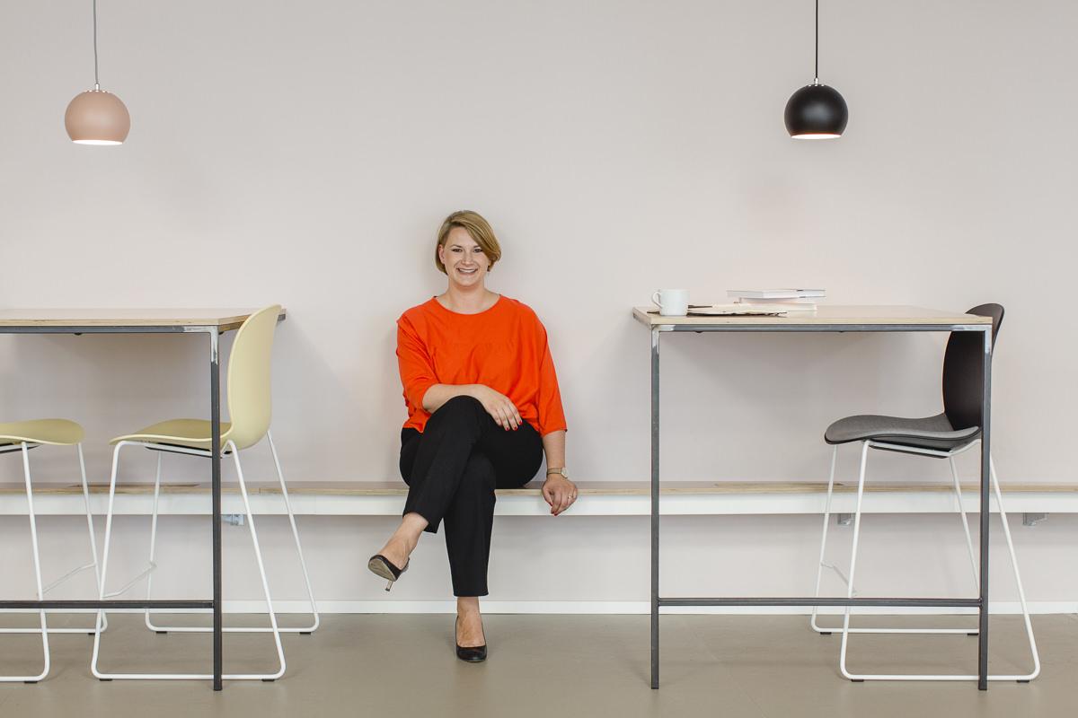 modernes Business Portrait einer selbstständigen Unternehmerin