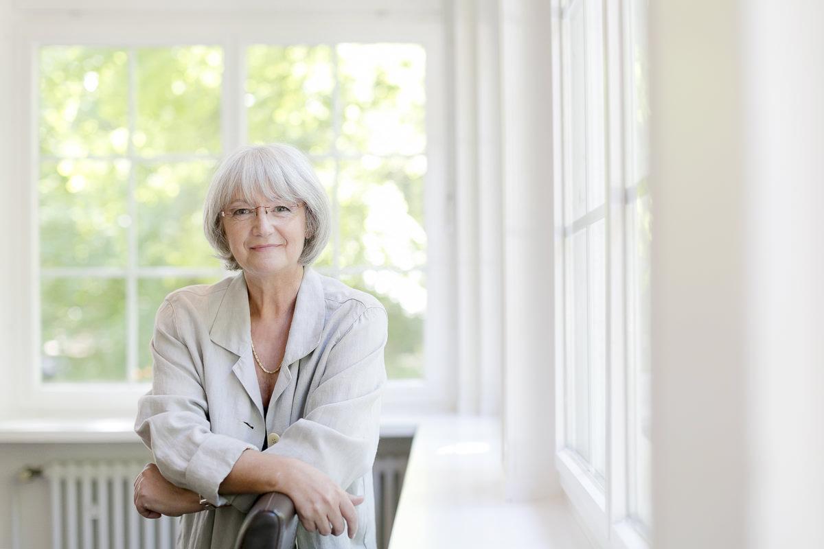 natürliches Business Portraitfoto einer selbstständigen Businessfrau
