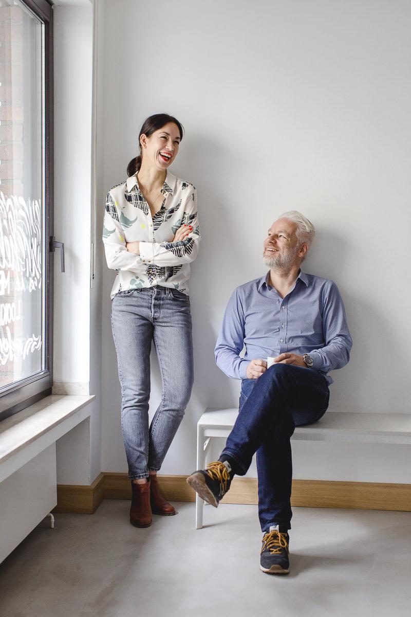 freundliches Business Portrait von zwei Unternehmern
