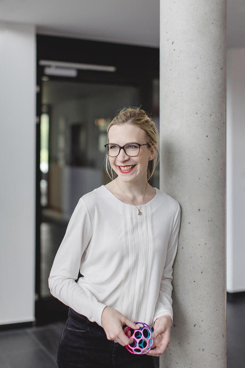 modernes Business Portrait einer jungen Unternehmerin