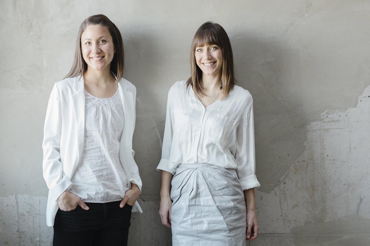 modernes Business Portraitfoto von zwei jungen Frauen