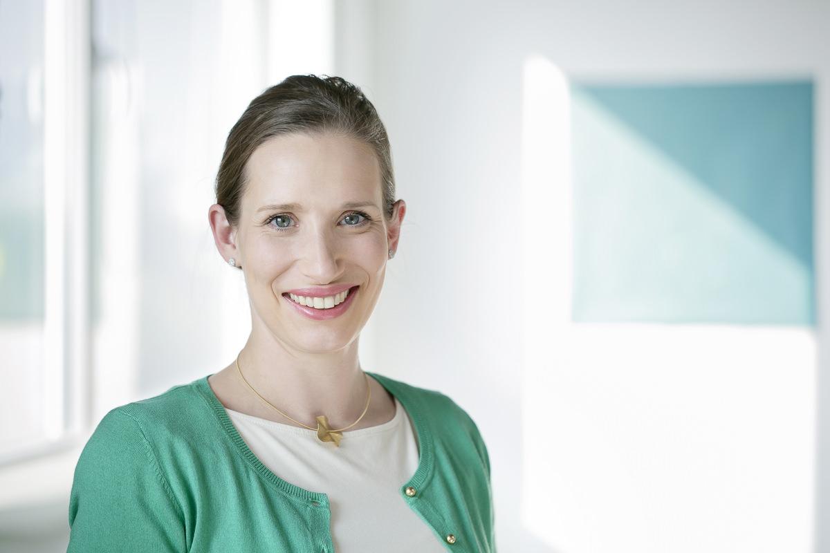 Authentisches Businessfoto einer jungen Ärztin aus Köln