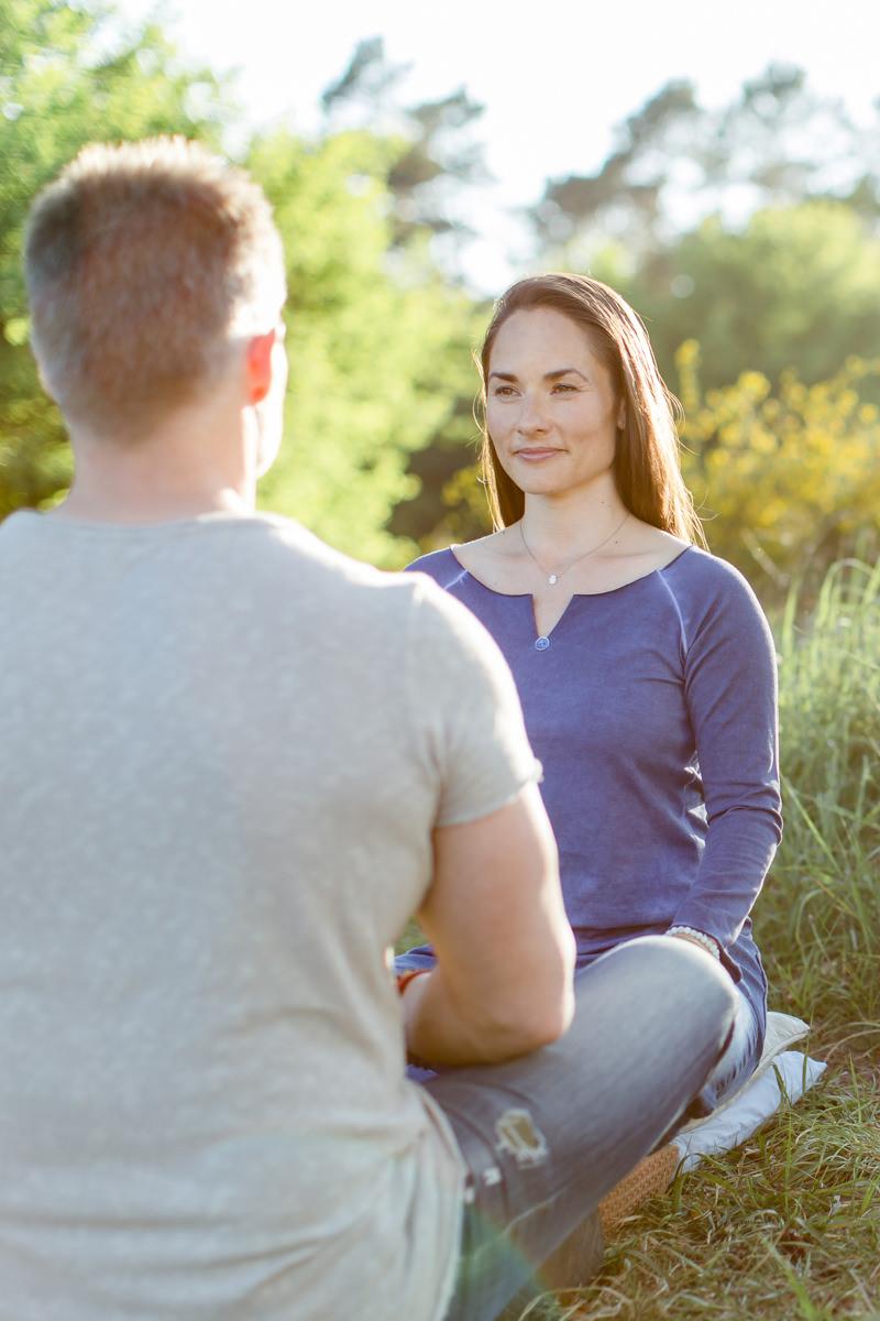 Foto von Therapeutin und Klient bei einer Atemterapie Übung in der Natur
