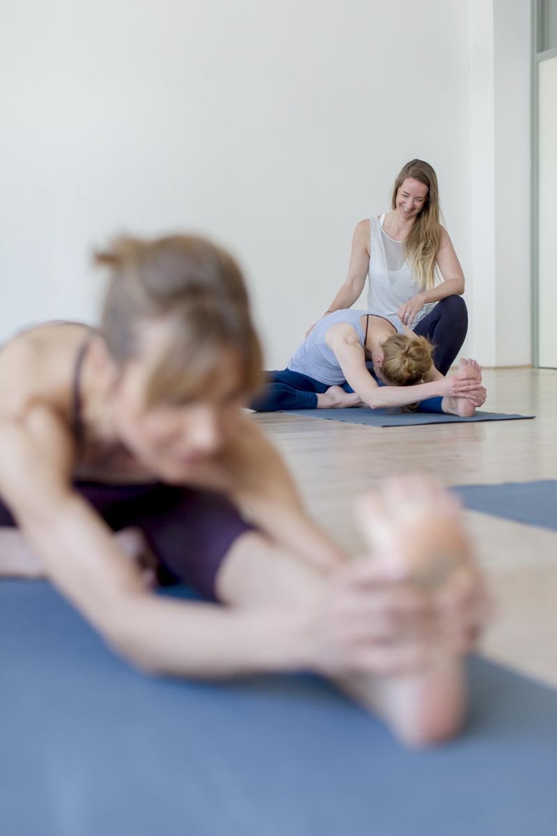 Foto von Yoga Übungen während eines Yoga Kurses im Yoga Studio Shivas Loft