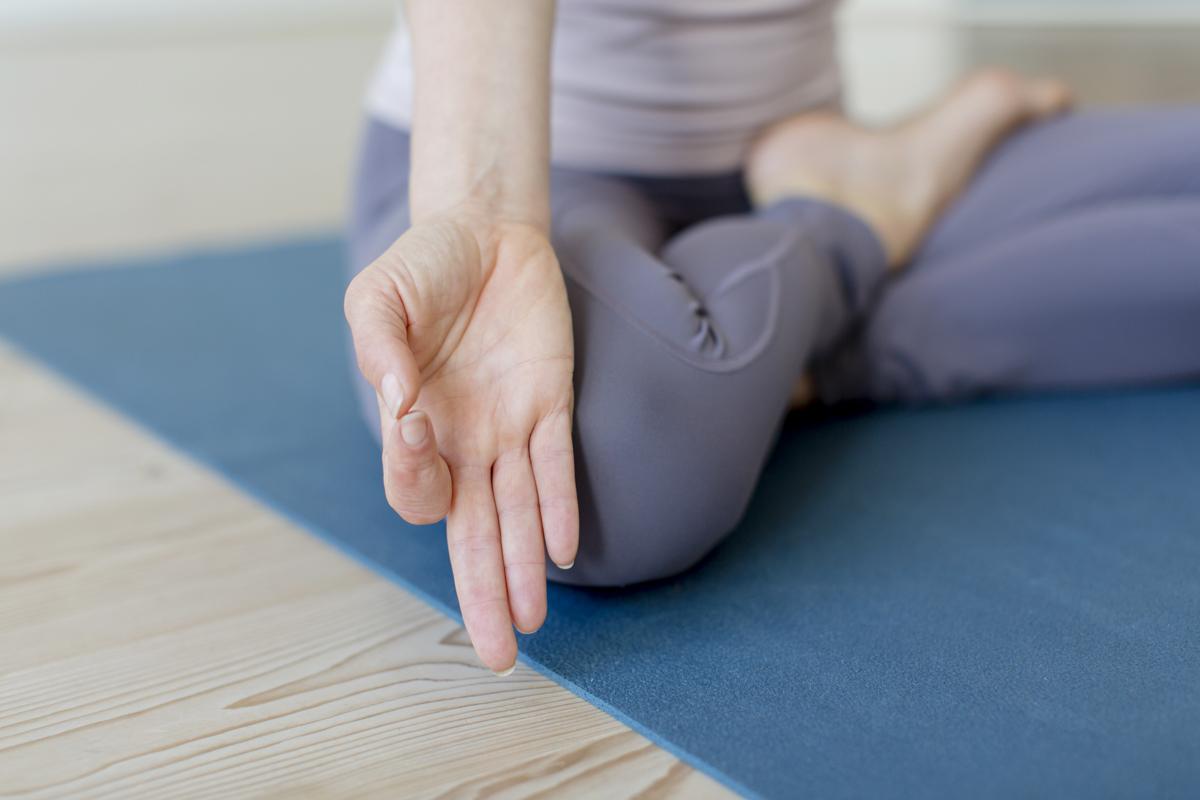 Nahaufnahme der Handhaltung bei einer Yoga Übung