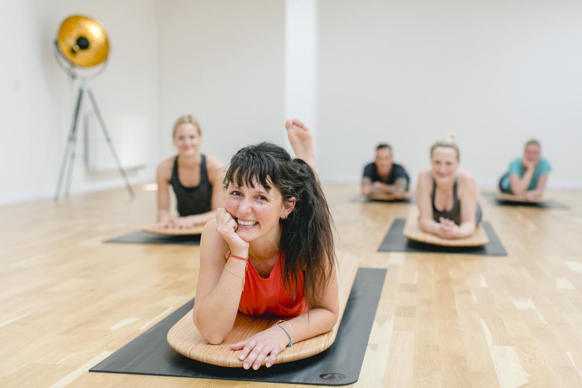 entspannte Teilnehmer eines Yoga Kurses in einem Yoga Studio in Neuss