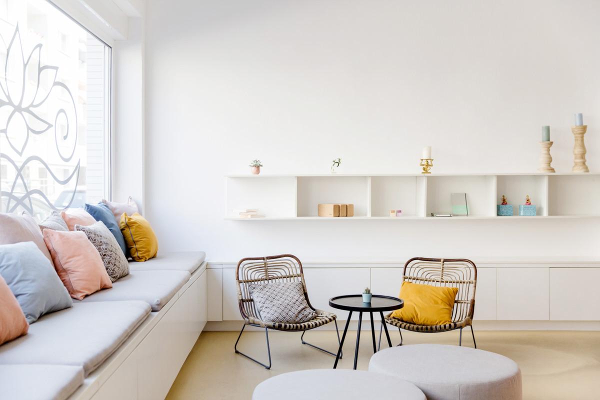helle und gemütliche Sitzecke im Yogastudio Lord Vishnus Couch in Köln