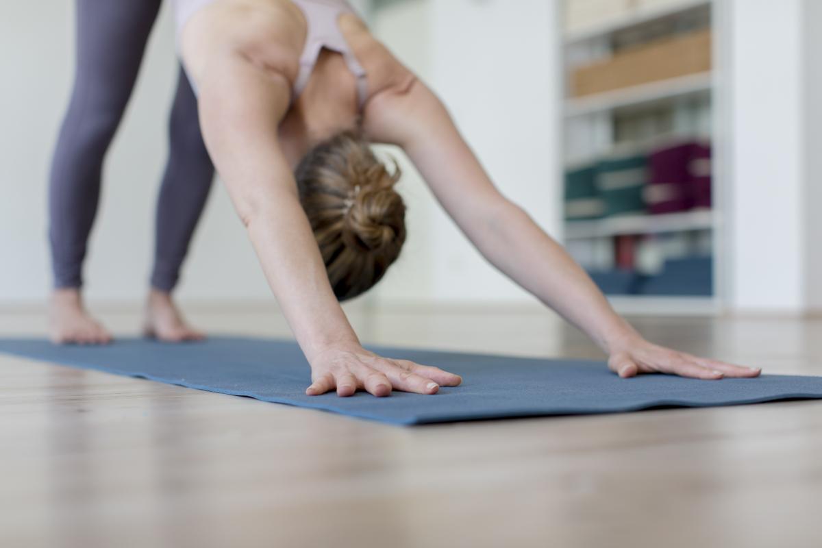 eine Frau macht eine Yoga Übung im Yoga Studio Shivas Loft in Düsseldorf