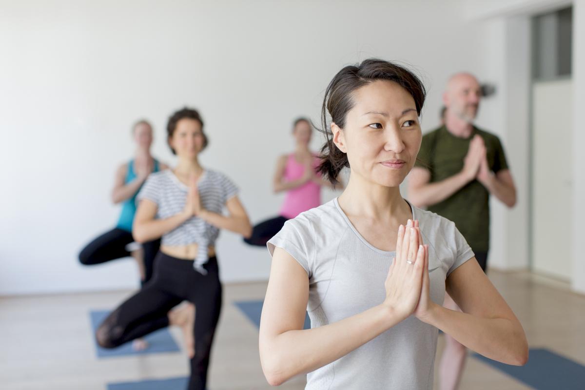 Kursteilnehmer bei einer Yoga Übung im Yoga Studio Shivas Loft in Düsseldorf