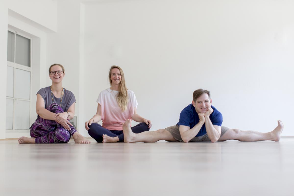 entspanntes Gruppenbild der Yoga Lehrer vom Yoga Studio Shivas Loft in Düsseldorf