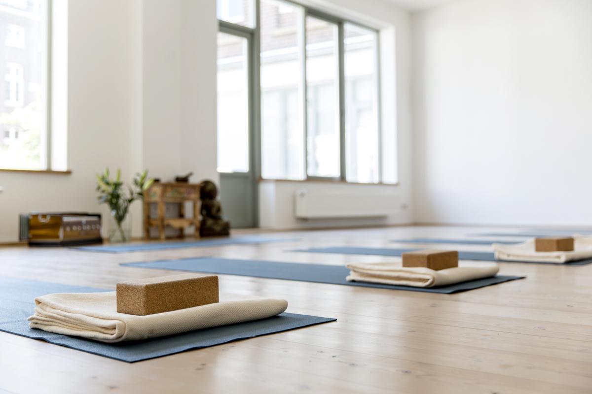 Foto von einem vorbereiteten Kurs Raum im Yoga Studio Shivas Loft in Düsseldorf