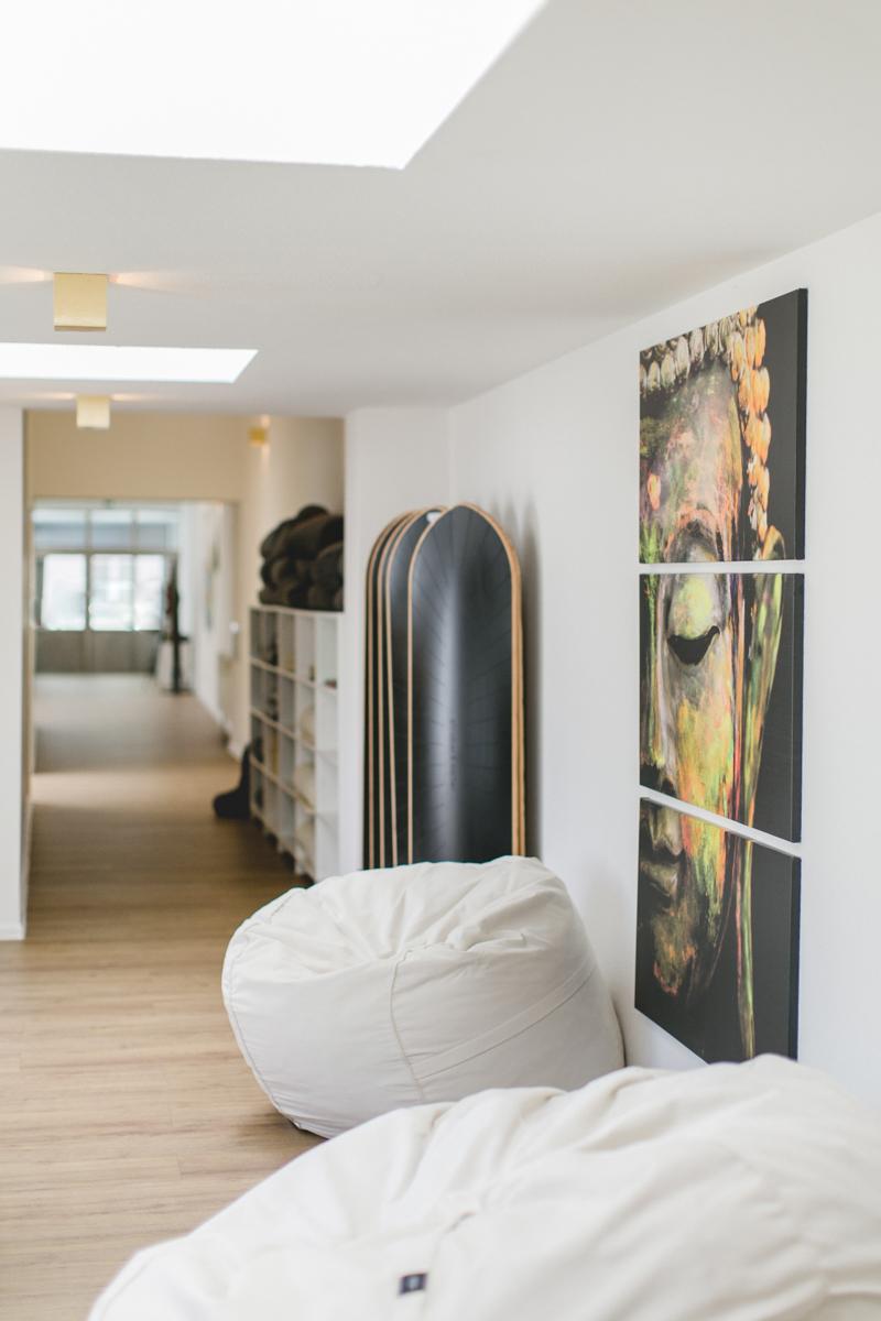 Foto der Inneneinrichtung eines hellen und freundlichen Yoga Studios in Neuss