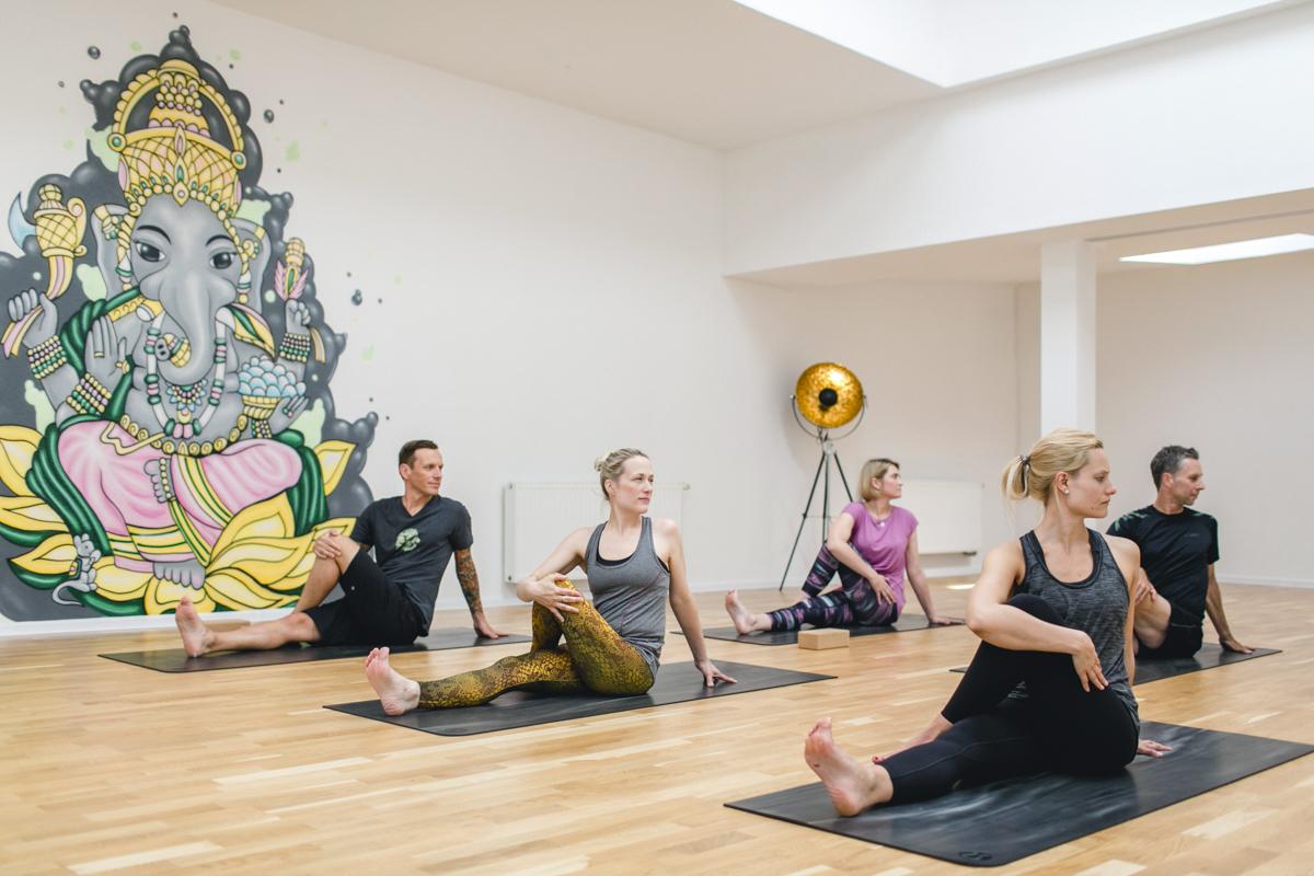 Teilnehmer bei einem Yoga Kurs in einem Yoga Studio in Neuss