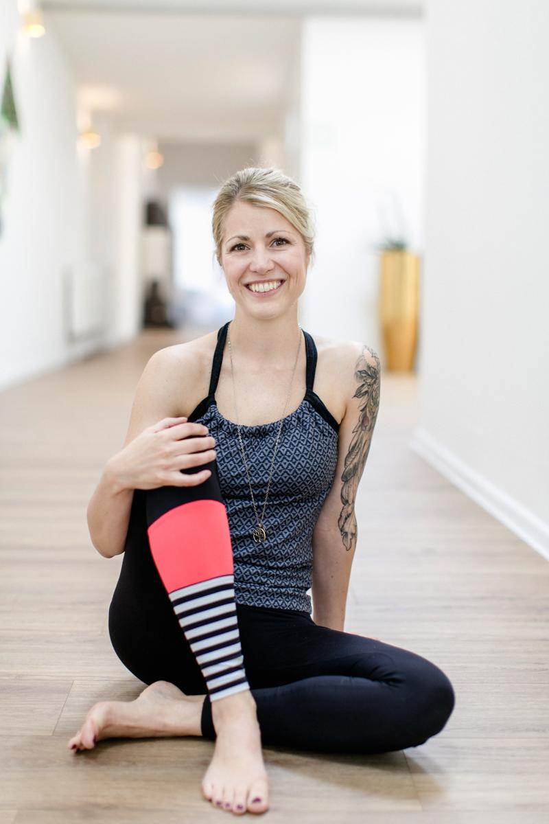 natürliches Portrait Foto einer Yoga Lehrerin in Yoga Kleidung