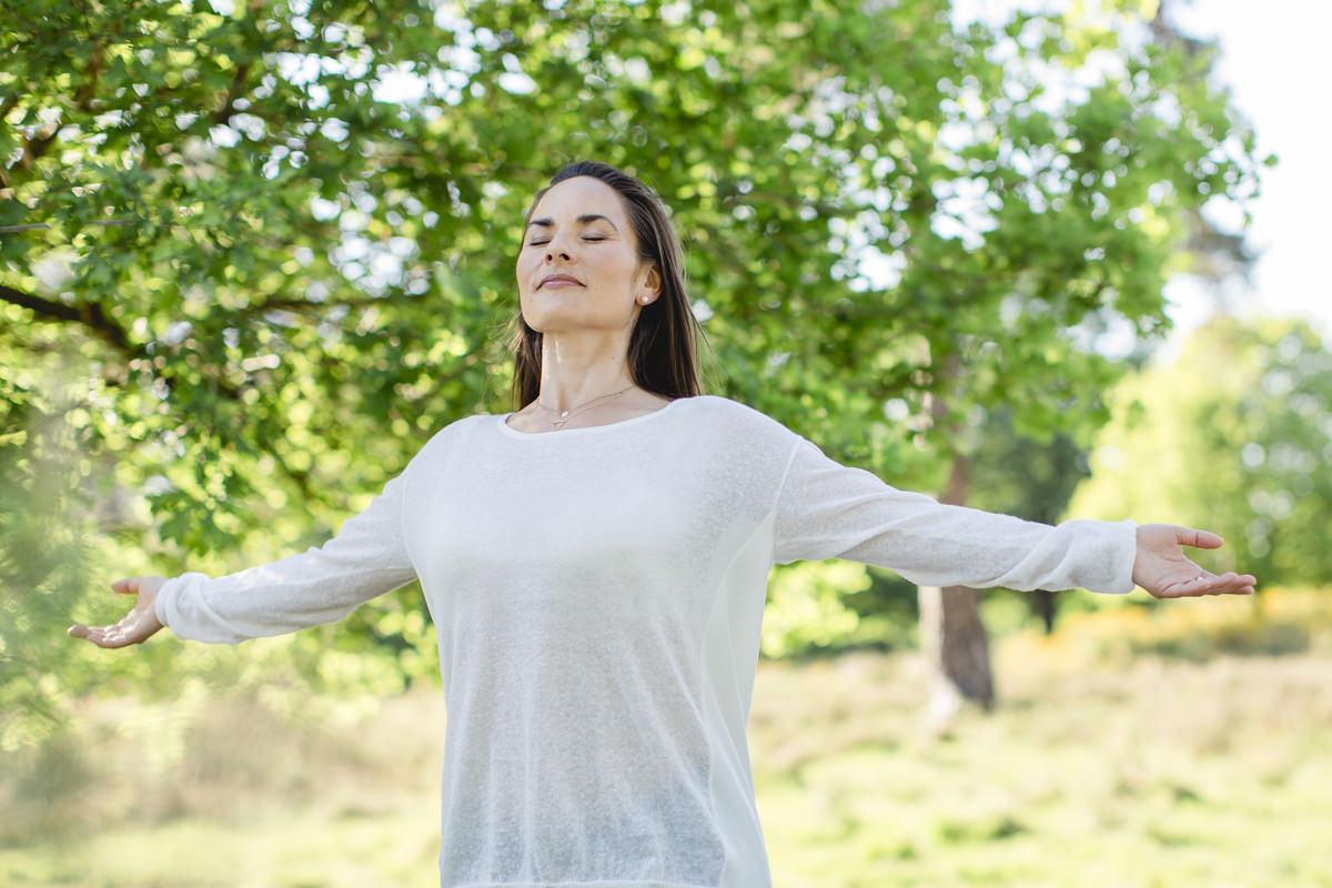Portraitfoto einer Atemtherapeutin in der Natur