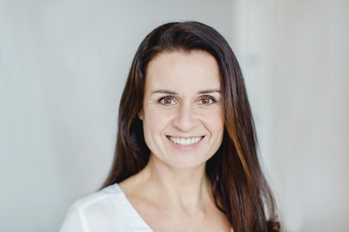 helles Portraitfoto von Yoga Lehrerin Betty Sturm