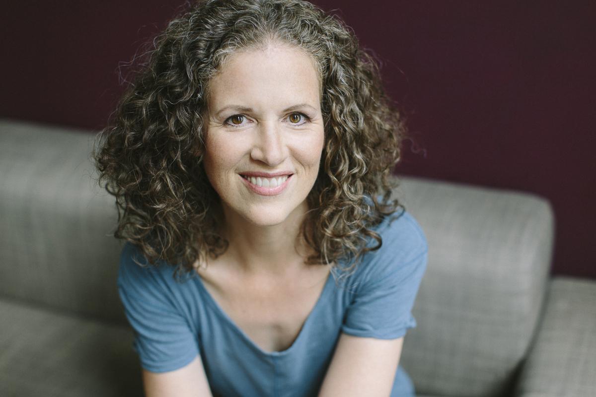natürliches Portraitfoto einer Yoga Lehrerin