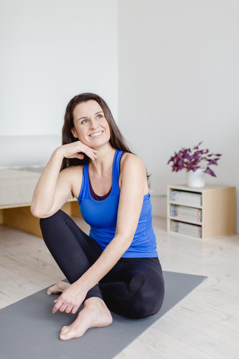 modernes Portraitfoto einer Yoga Lehrerin
