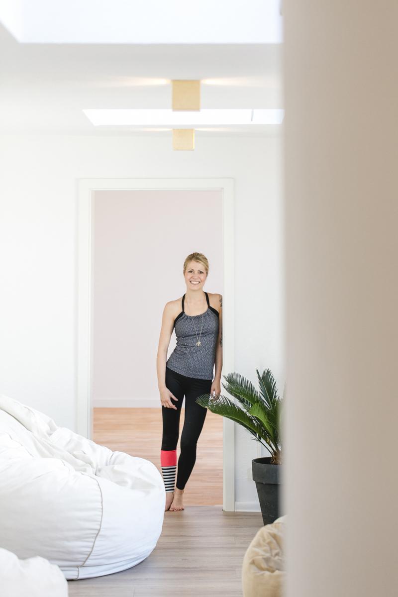 modernes Portrait Foto einer Yoga Lehrerin in ihrem Yoga Studio