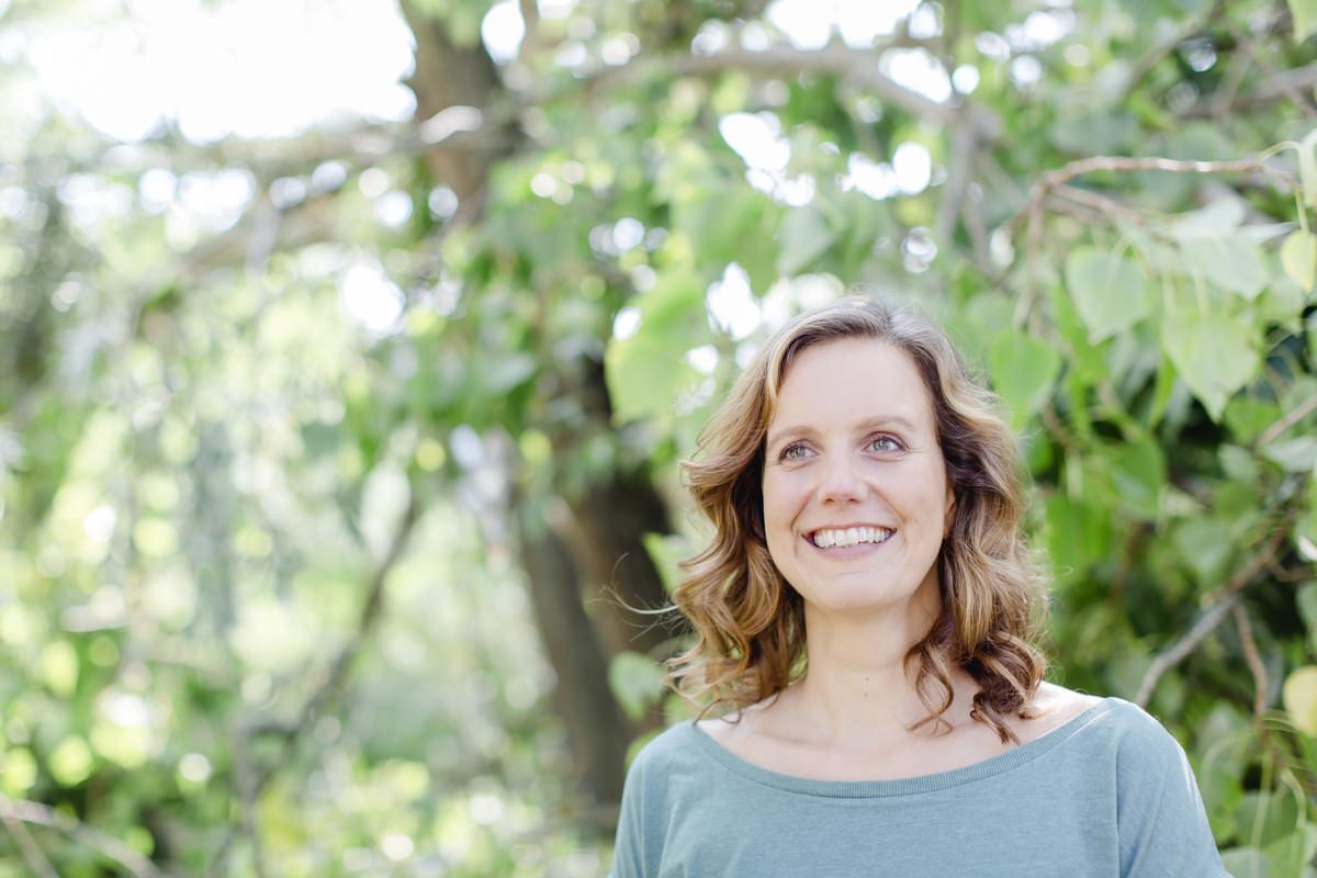 sympathisches Portraitfoto einer jungen Frau in der Natur
