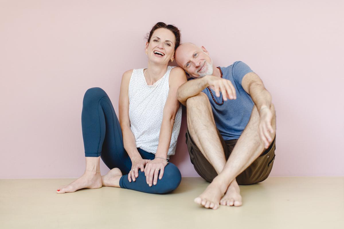 Portraitfoto von den Yogalehrern Nicole Bongartz und Frank Schuler in ihrem Yoga Studio Lord Vishnus Couch