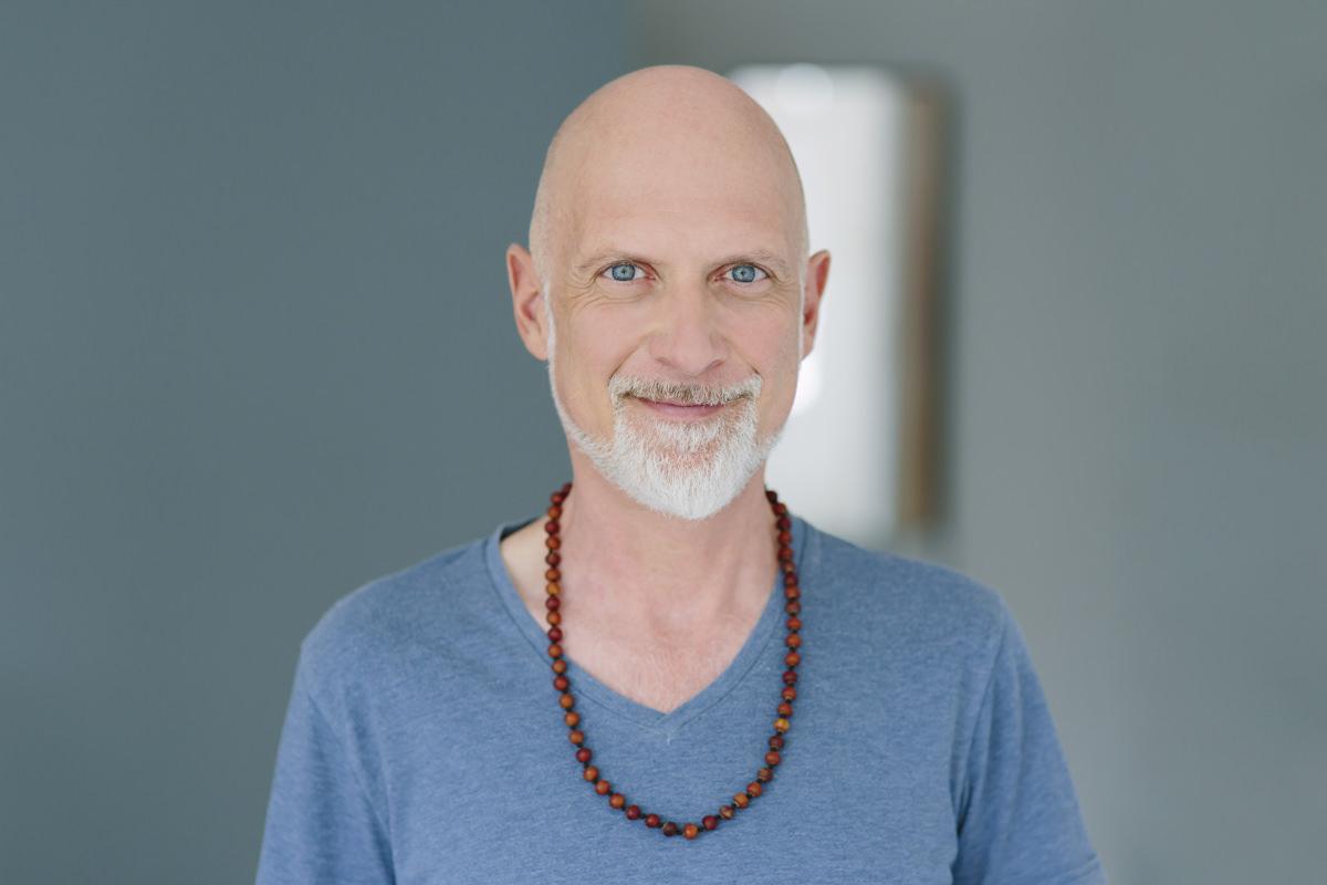 helles Portraitfoto von Yogalehrer Frank Schuler von Lord Vishnus Couch