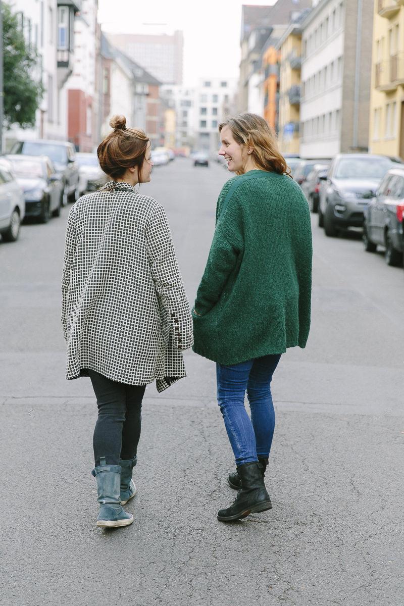 modernes Portraitfoto von 2 Frauen auf der Straße