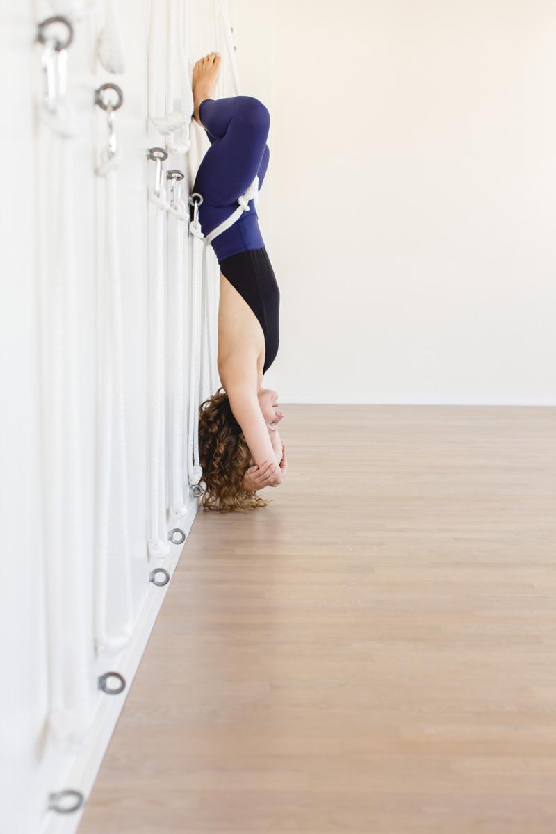 Bild Yoga Asana an der Wand