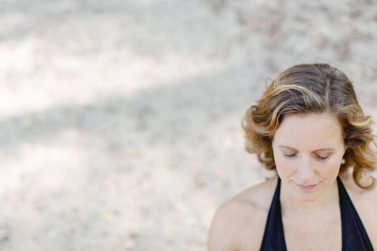 Yoga Portrait einer Yogalehrerin, die meditiert