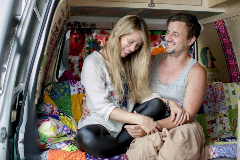sympathisches Portraitfoto der Betreiber des Yogimobil in ihrem VW Bus