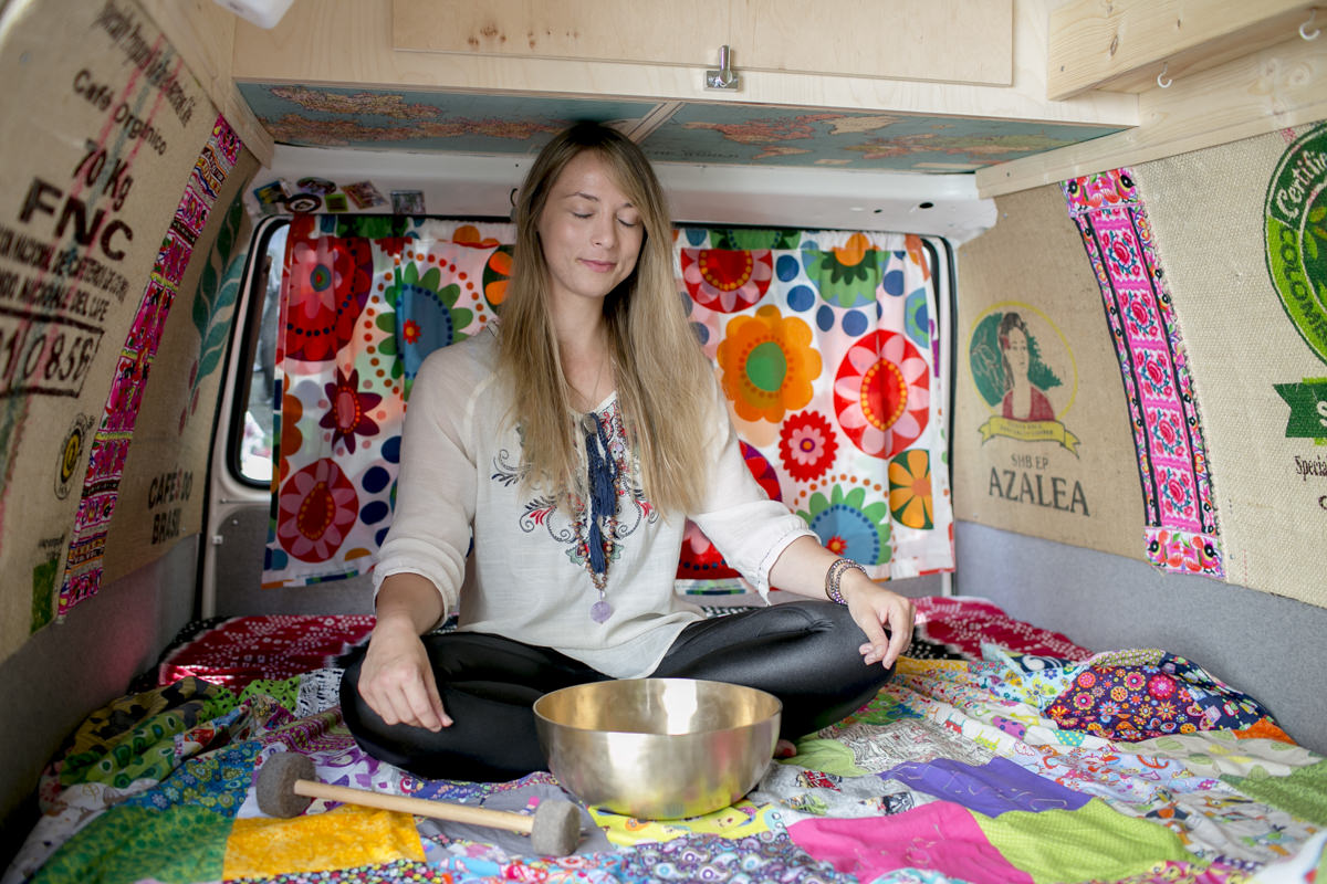 Portraitfoto von Yogalehrerin Kim Kassandra im Yogimobil
