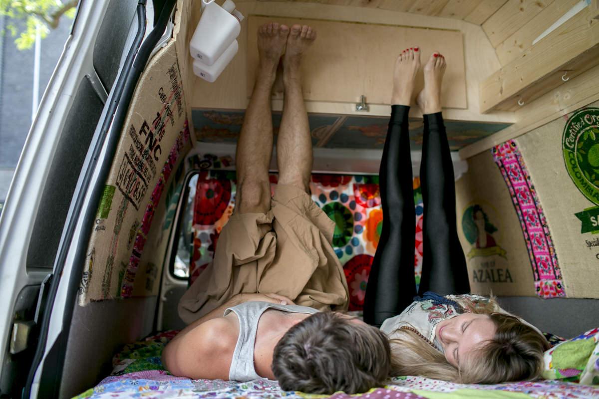 lustiges Portraitfoto von den Yogalehrern Kim Kassandra und Mark Schmid im Yogimobil