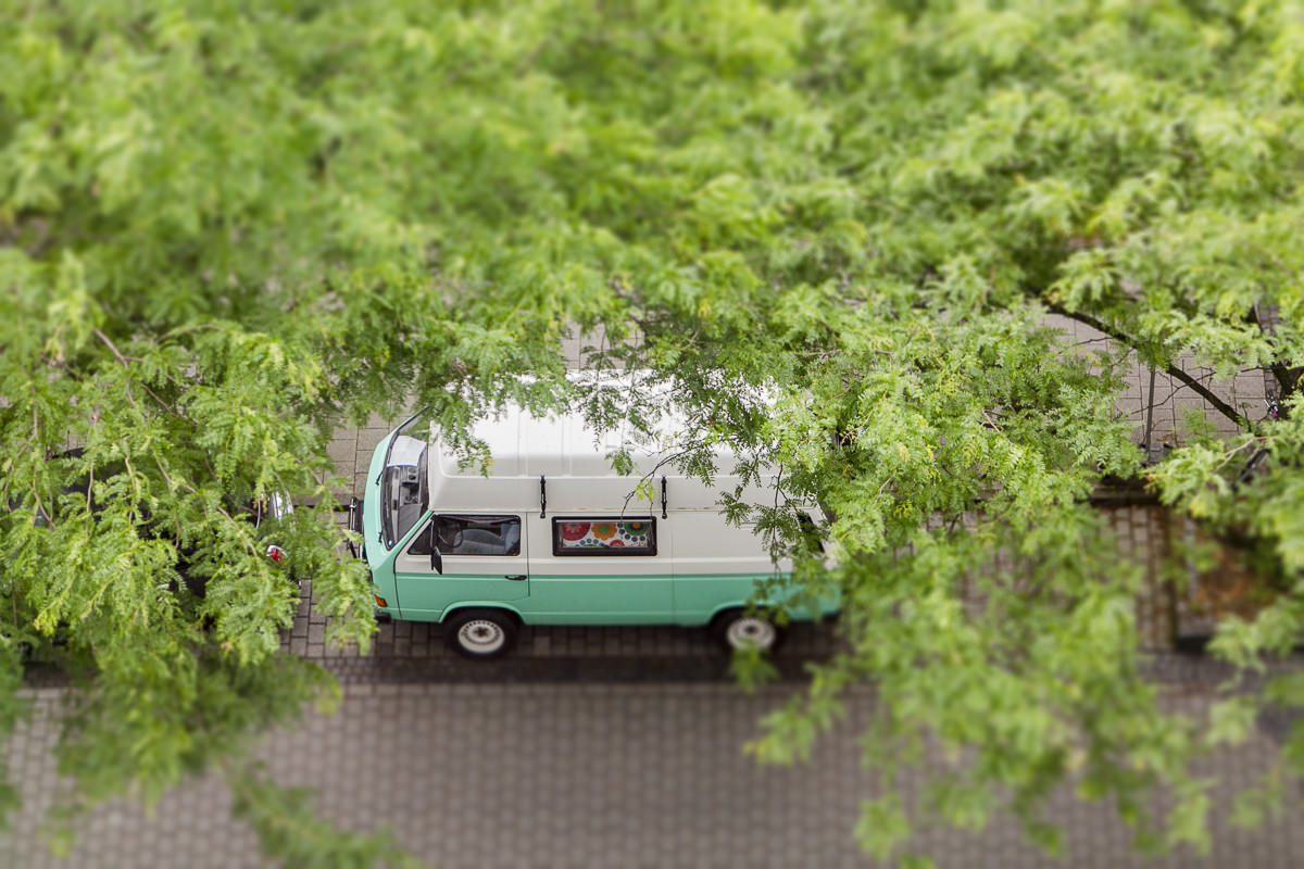 Foto vom VW Bus Yogimobil, das unter einem Baum steht