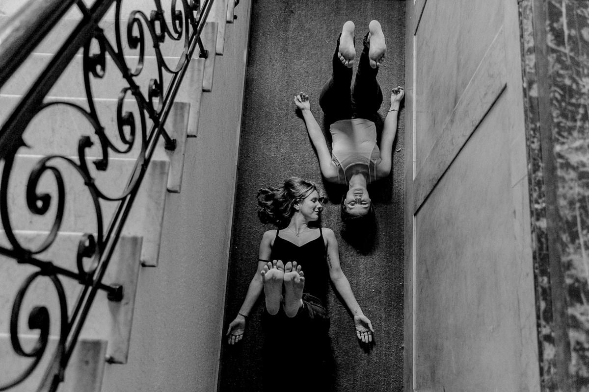 schwarz weiss Yogafoto von 2 Yogalehrerinnen, die Yoga Asanas im Treppenhaus machen