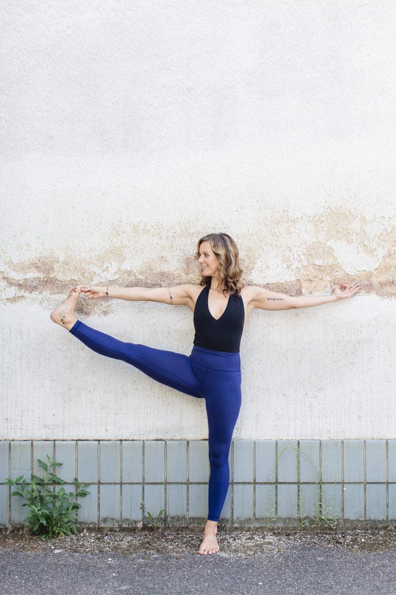 Yogafoto einer Yogalehrerin, die ein Yoga Asana zeigt