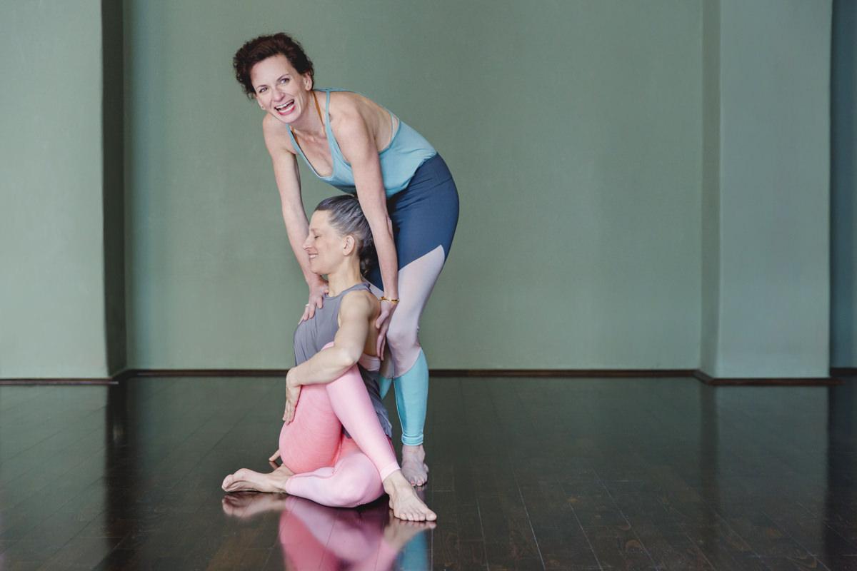 Yogafoto von einer Yogalehrerin bei einer Yogaübung mit einer Schülerin