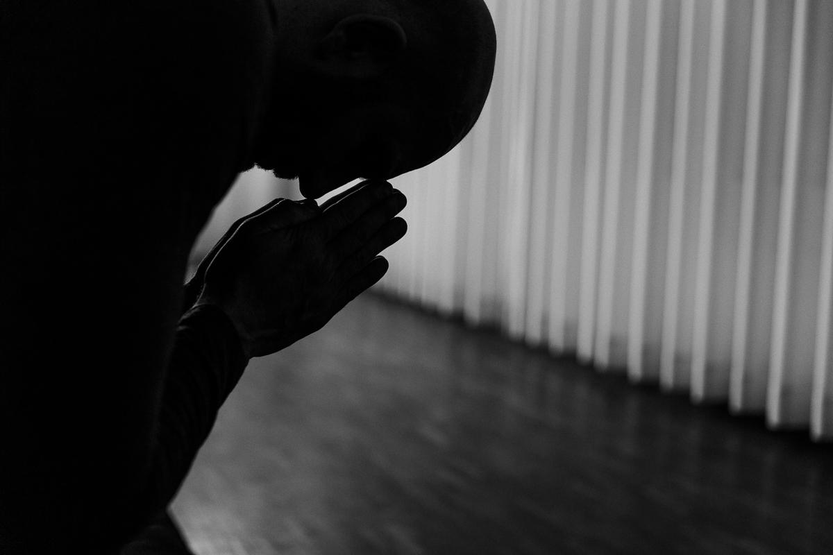 spirituelles Yoga Foto in schwarz weiss