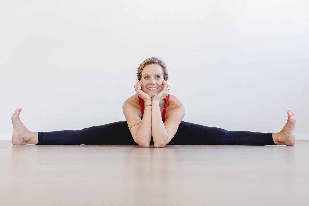 Yogafotografie einer Yogalehrerin in Yogaposition