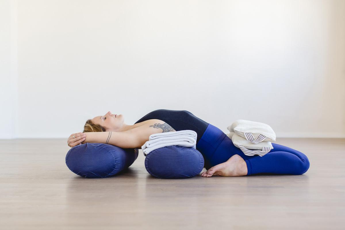 Yogafoto einer Yogalehrerin bei einem Yoga Asana