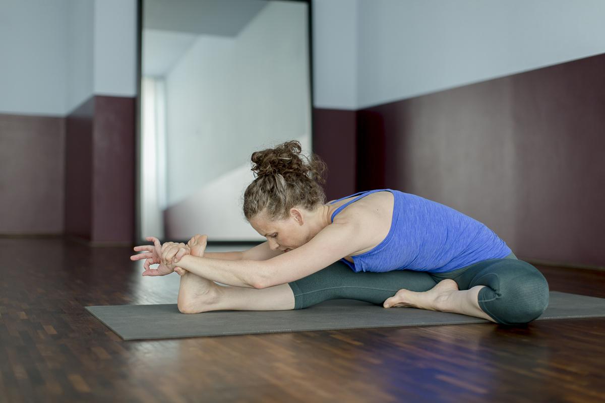 Yoga Lehrerin macht eine Yoga Übung vor