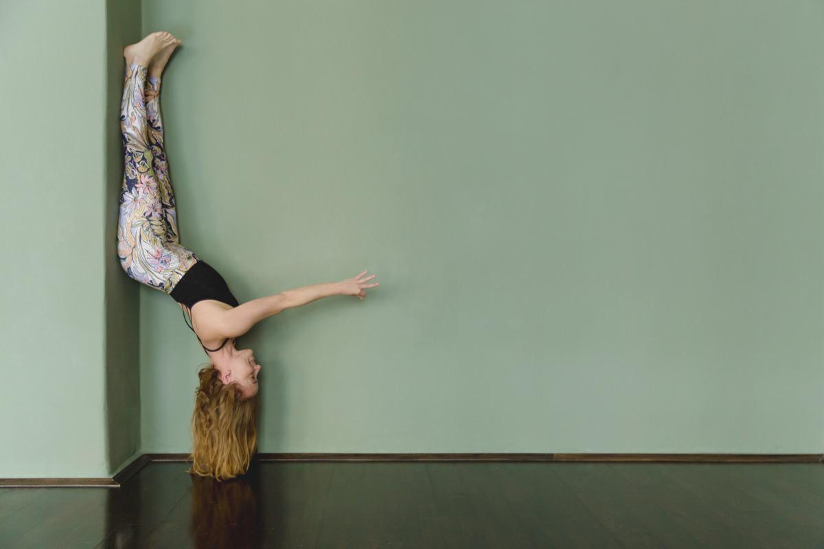 Yogafoto eines anspruchsvollen Yoga Asanas auf dem Kopf