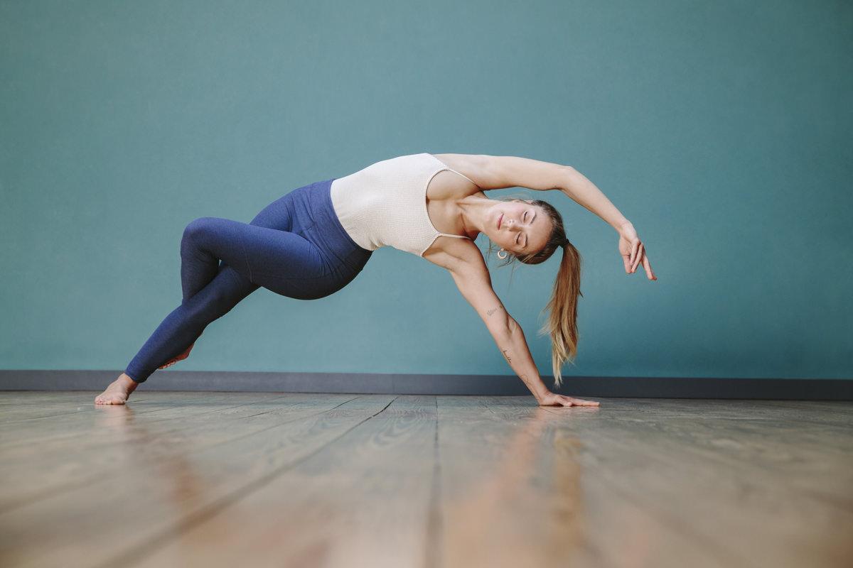 Yogalehrerin bei einem Asana in einem Koelner Yoga Studio